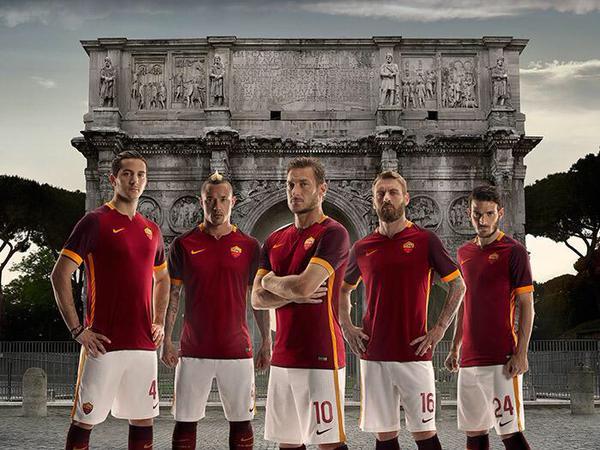 Totti et ses coéquipiers avec le nouveau maillot de l'AS Roma