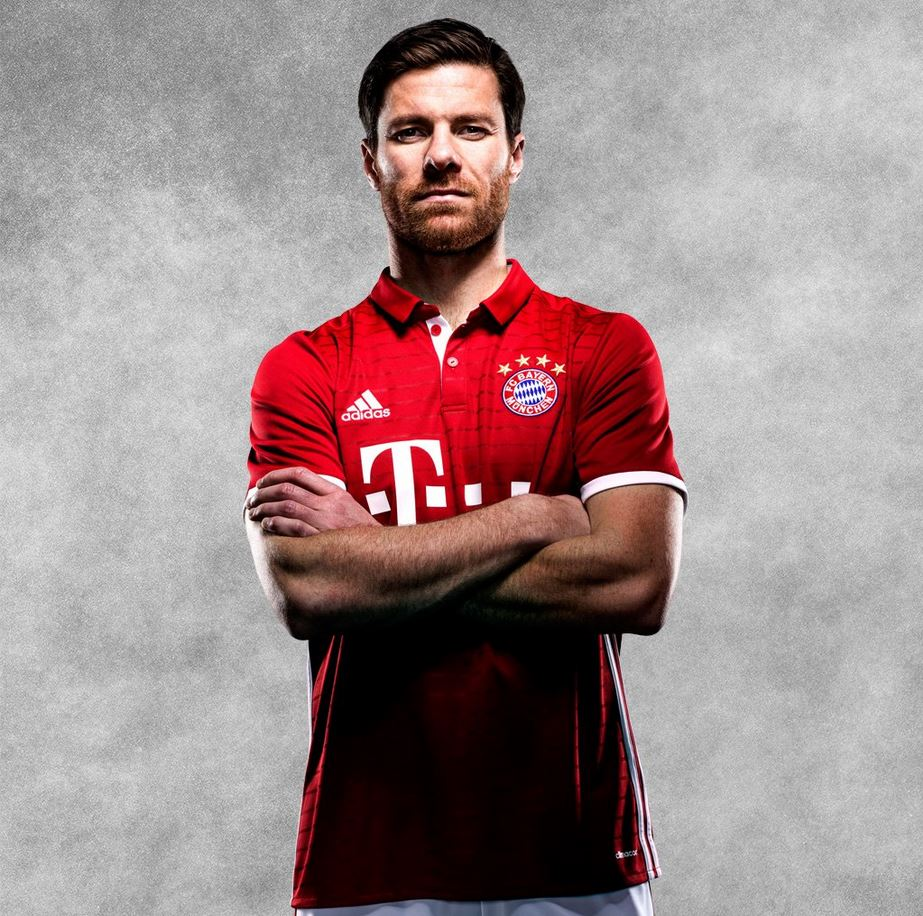 Xabi Alonso avec le maillot domicile du Bayern Munich 2016-17