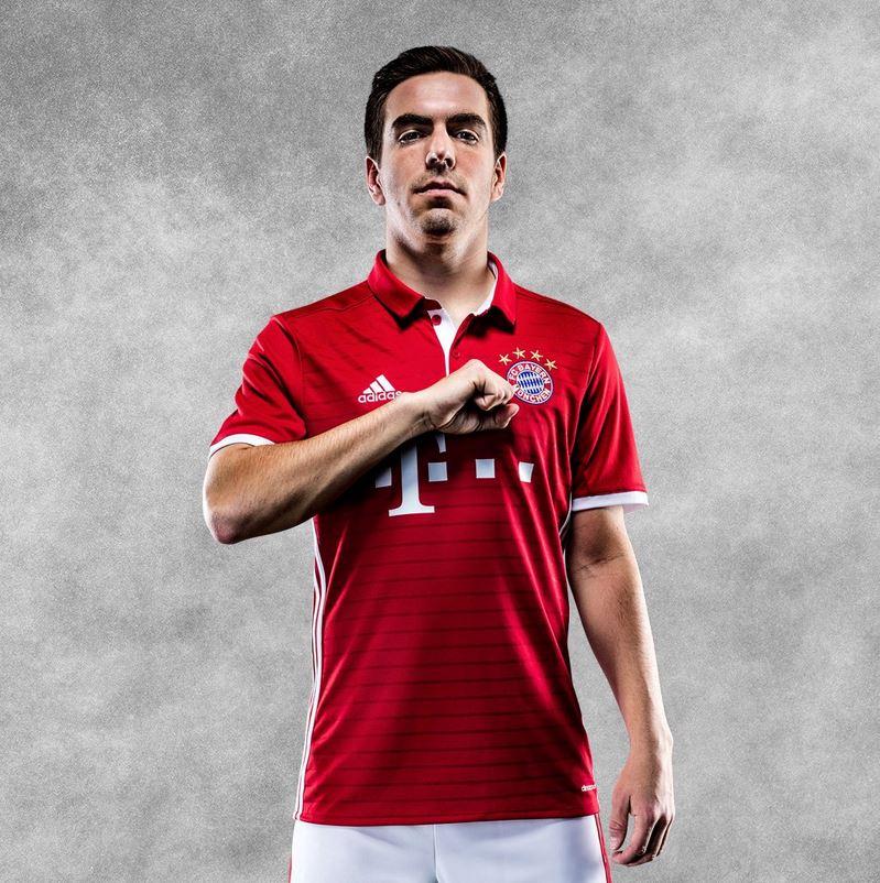 Lahm avec le nouveau maillot du Bayern Munich 2016-17