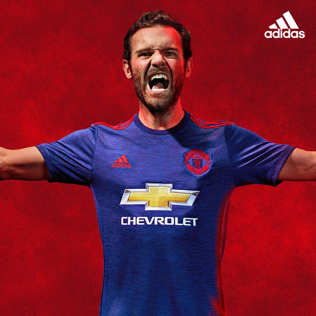 Juan Mata avec le maillot extérieur de Man United 2016-17