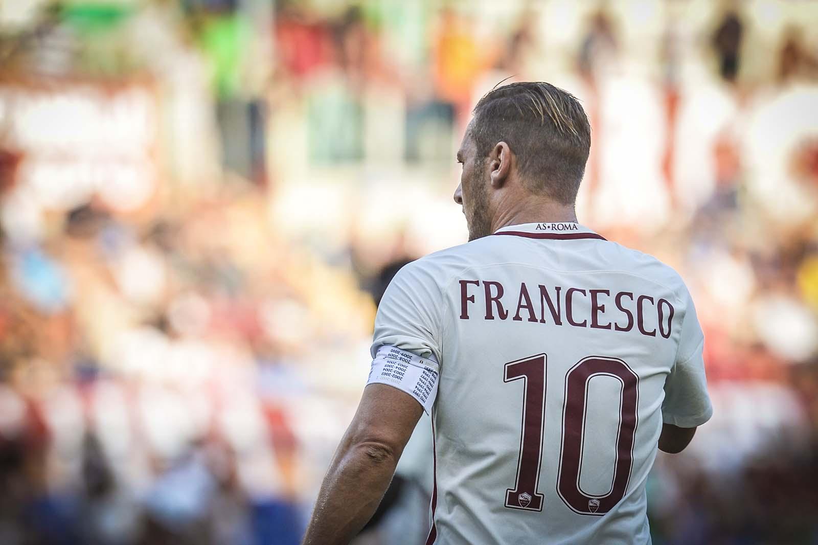 Totti a souhaité rendre hommage au Pape François avec ce maillot