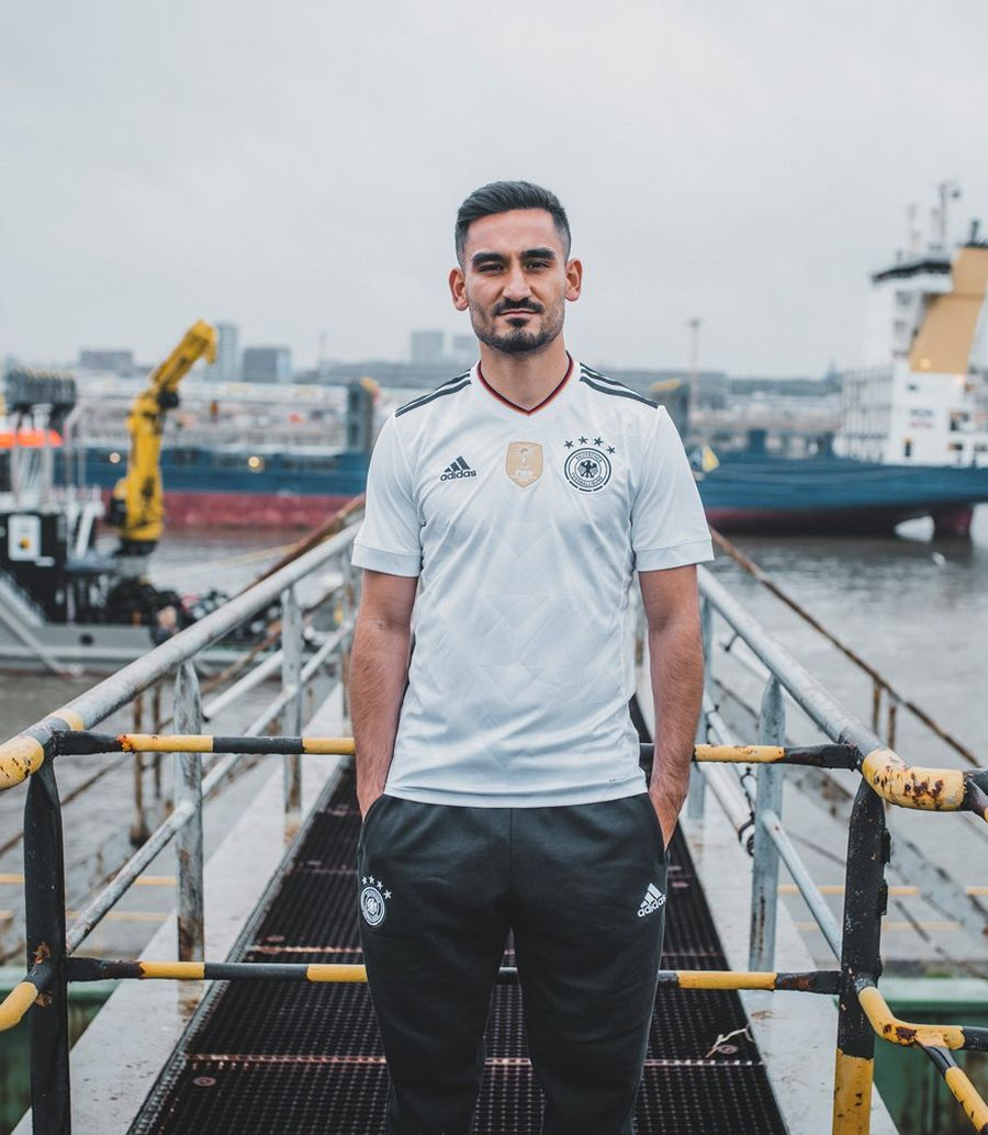 Le nouveau maillot adidas de l'Allemagne présenté par Gundogan