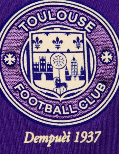 Le logo du TFC sur le maillot collector du club toulousain